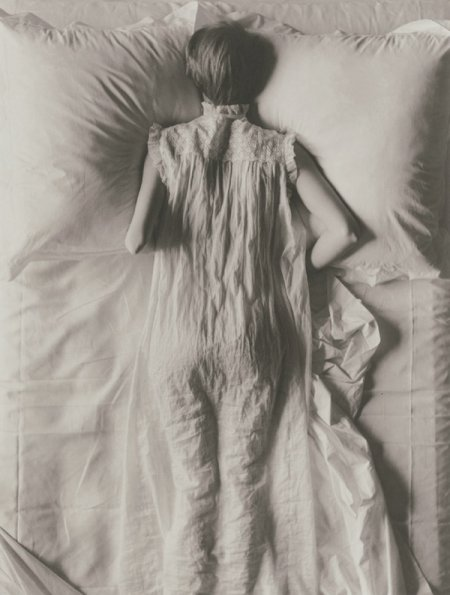 http://thenowandthen.files.wordpress.com/2009/10/irving-penn-girl-in-bed-1949.jpg